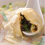 サツマイモ団子スープ。カキなど海鮮の具が入ったサツマイモの団子がスープと合います。