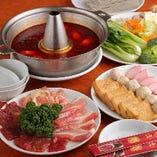 福満園の火鍋。スープはノーマルタイプと、2種類のスープで海の幸をご堪能いただける海鮮タイプがございます。(3,200円/税抜)