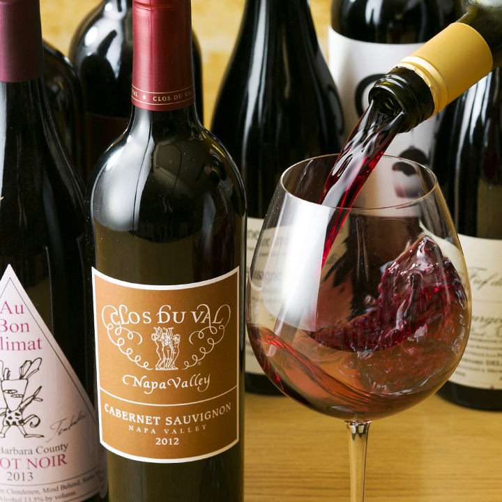 ワイン通も唸る圧巻の品揃え!約300種以上のワインをご用意