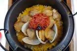 白蛤とサフラン、焼きトマトの鉄釜飯