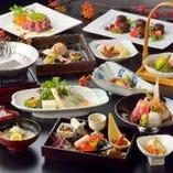 彩りも美しい料理。 旬な地場食材をふんだんに使用。