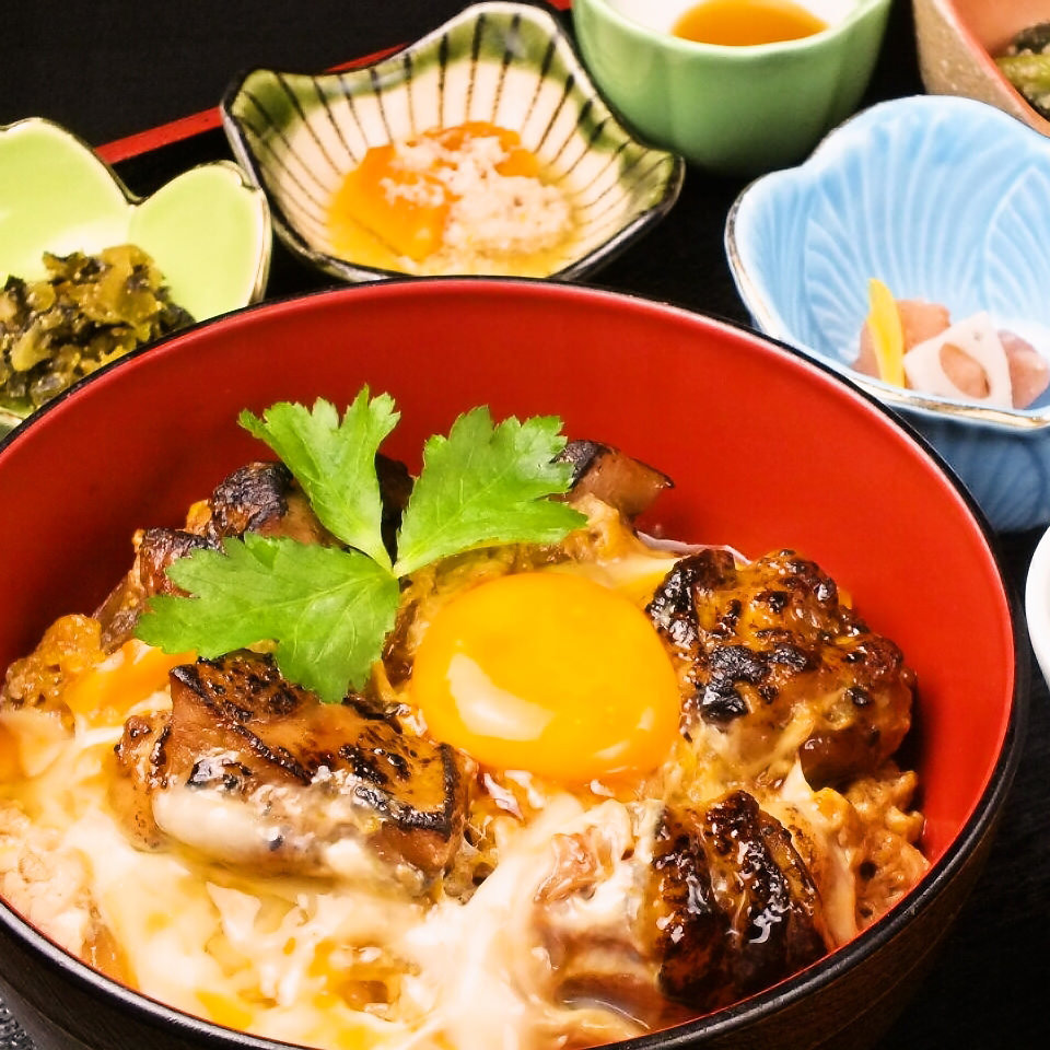 九州の老舗が作る醤油に水たきスープで作るランチで人気の親子丼