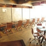 デザイナーズチェアーが並ぶ 広々としたテーブル席