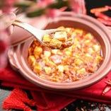 旨さと辛さを兼ね備えた名物の麻婆豆腐は本場の香辛料がたっぷり