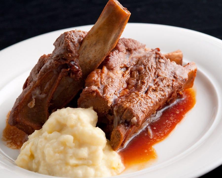 スペアリブは骨から肉が簡単に 取れるほど柔かく煮込みました