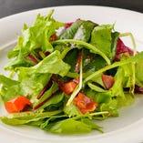 カットトマトと旬の葉物サラダ
