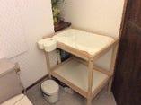 お手洗いの中にはおむつ交換台を完備