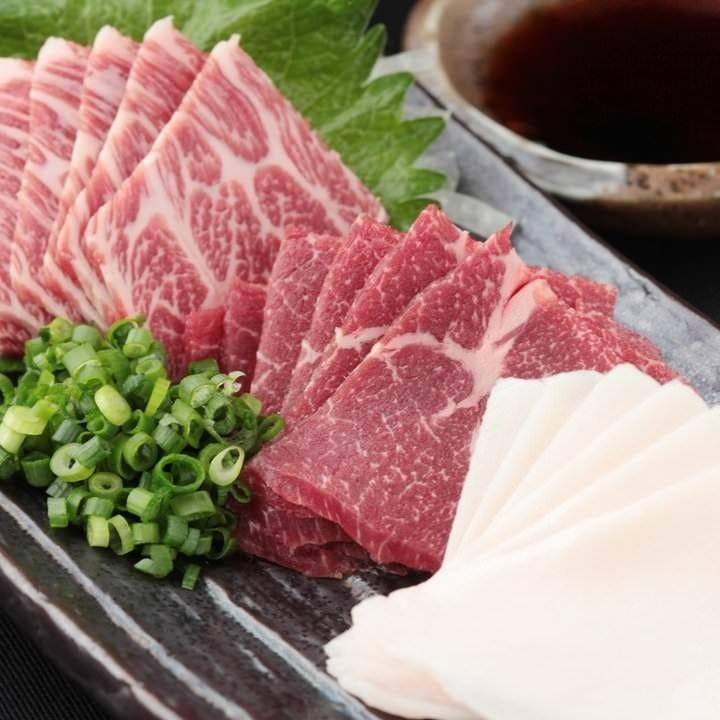極上馬刺し盛り合わせ。九州の甘口醤油でお召し上がりください