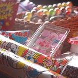 全コース、駄菓子食べ放題付! 昭和レトロな店内に100種類以上の駄菓子が!