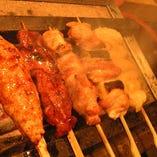 大山鶏の炭火焼鳥。鳥取県産の新鮮な大山鶏を一本ずつ丁寧に串に刺して、最高級の紀州備長炭で香りよく焼き上げます