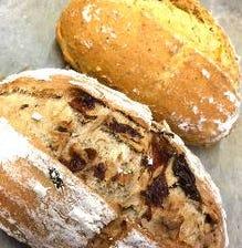 お替り自由、人気の自慢の自家製パン