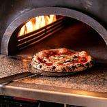 ピッツェリアが焼く絶品の窯焼きピザ!テイクアウトも承ります