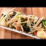 10種の「ゆであげ野菜」とパルミジャーノチーズのサラダ