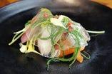 燻製の香りをまとわせたノルウェー産サーモンと行方野菜のサラダ仕立て トリュフとレモンのシート