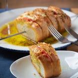 モッツァレラチーズとトマトの串焼きガーリックトースト