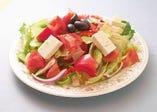 ホリアテキサラダ  ギリシャ定番田舎サラダ  ドレッシングを使わず良質なオリーブオイルとビネガー オレガノ 塩 コショウ だけで素材の甘みを引き出したサラダはまります!