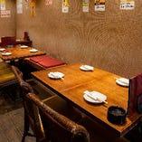 各種宴会に最適なテーブル席(~2名様×4卓、~4名様×1卓)