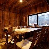 【二階】仕事帰りに気軽にゆったり寛げる人気の半個室のテーブル席