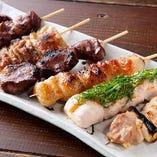 串焼きは豚も鶏もご用意しております。一番人気はつくね串!