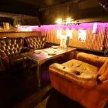 【中2階8番テーブル】インダストリアルデザインを取り入れたお洒落なソファー席