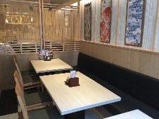 寿司屋らしさの中にくつろげる席空間