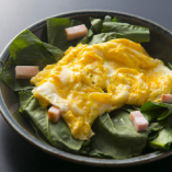ほうれん草と厚切りベーコンのふんわり卵サラダ