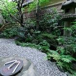 【季節を映す】 坪庭は初代栗栖熊三郎の発案により造られました
