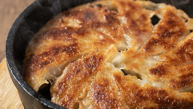 鉄鍋で焼いたパリパリの餃子は、一度食べたらくせになる味わい!