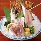 九州産鮮魚の入った刺身盛り合わせや新鮮な鯵を姿盛りで