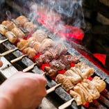 目の前で焼き上げる備長炭炭火焼串焼きは人気の一品。
