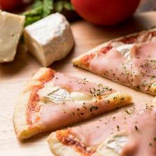 生ハムとカマンベールのピザ