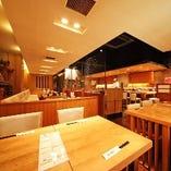 【テーブル席2/4/6~12名様】 開放的な店内は、木のぬくもりと白を基調としたスタイリッシュな空間。少人数でゆったりできるBOX席&テーブル席もございます。最大で30名様程にご対応可能です!