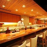 【カウンター席・12席】 寿司屋の醍醐味はカウンターから。毎日仕入れる厳選素材を目の前で職人が握ります。今日イチのおすすめは板前にお気軽に問い合わせください。
