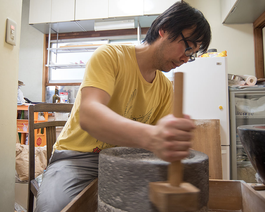 手動の石臼で作る蕎麦