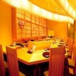 ゆったりとしたカウンターは出来たてのお寿司が食べられる人気席