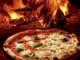 当店「赤い薪窯」で焼き上げるピッツァは絶品です!
