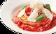 濃厚トマトソースに、モッツァレラチーズとバジルをトッピング。
