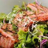 肉の旨みと新鮮野菜のシーザーサラダ!