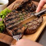 肉厚の塊肉を豪快にご堪能ください!香り、旨み、肉汁が絶品!