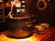 大きな鉄鍋で煮込む「ネイビービーンスープ」