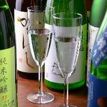 全国各地の酒蔵より厳選したこだわりの日本酒は常時100種以上