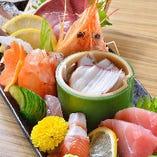 新鮮な旬の魚を中心に、その日のおすすめを味わえるお刺身盛り