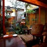 庭を眺めながらゆったりできるソファー席♪