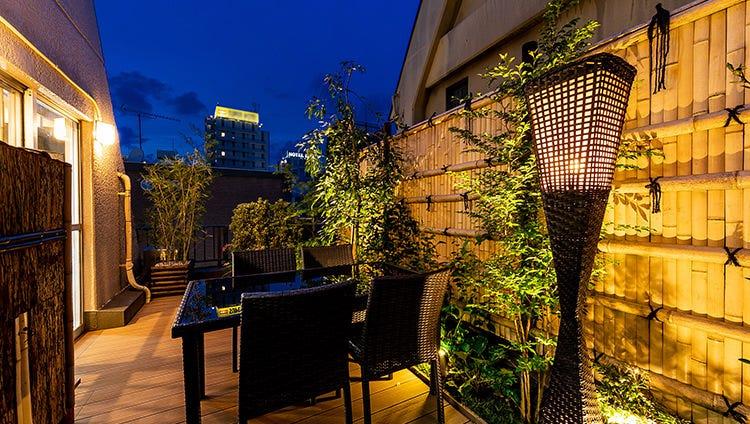 新宿の夜を眺める、大人なテラス席
