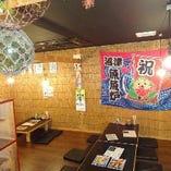 浮き玉や大漁旗が飾られた趣のある店内