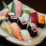 口に入れた瞬間に広がる食感、香りや味わいにこだわり、職人の技で仕上げるお寿司は絶品です!地元の漁港を中心に仕入れた煮穴子や本マグロの絶品お寿司を、落ち着いた雰囲気の和室でご堪能ください。