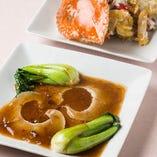 贅沢に『フカヒレ姿煮』がお一人様に一枚ずつと、『青カニの黒胡椒炒め』が味わえる『霞が関コース』