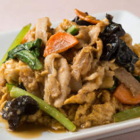 『豚肉とキクラゲ卵炒め』は、ほんのりとした甘辛い味付けが人気。ご飯がすすみます