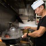 厨房で次々と料理を作るのは、中国から招聘した潘料理長