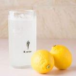 生のレモンを搾るので風味が違います『生レモンサワー』